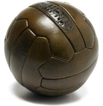 http://static.footeo.com/uploads/asvafootball/Medias/Ballon_football_cuir_1950.jpg