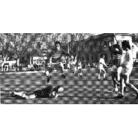 1971 PHASE DU MATCH  BCI -  VEDENE : Score 0 à 0 On peut admirer la sportivité du capitaine -  entraîneur Coco Floriotqui évite son ex-coéquipier de l'O.A     J.C Bernard
