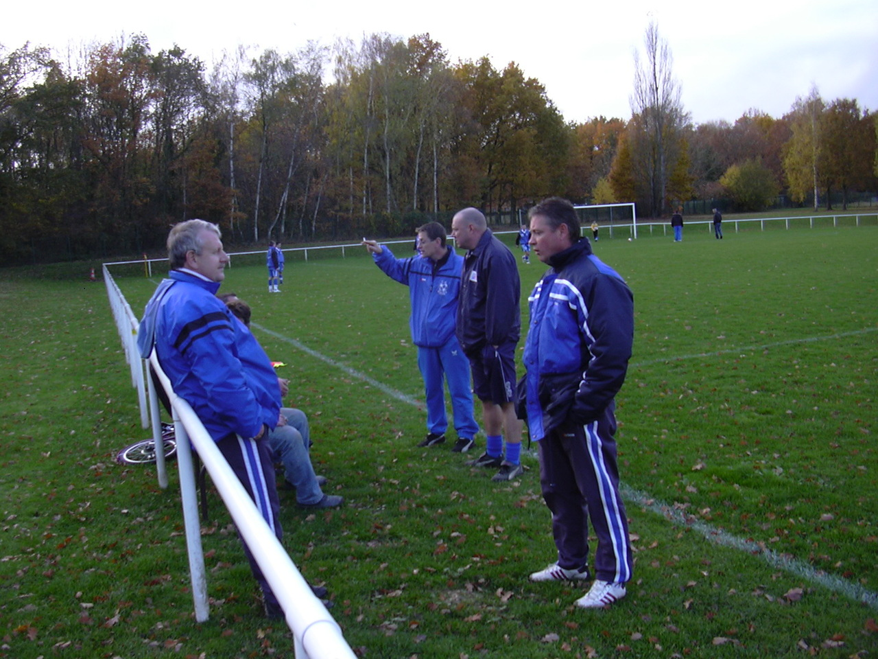 Quelqes bénévoles en train de discuter avant un match