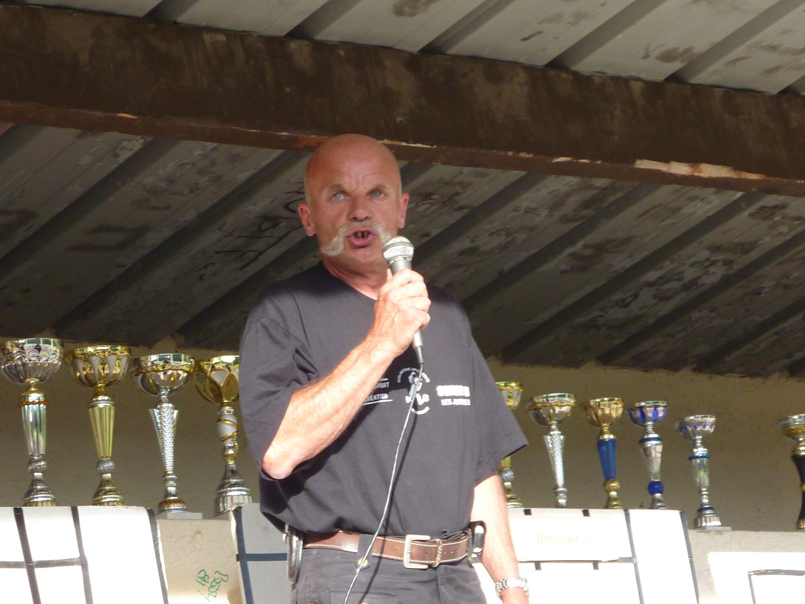 Patrick Leroy remet des récompenses à la fin d'un tournoi